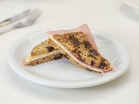 Sándwich de jamón y queso en pan de ciruelas