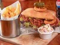 Sándwich BBQ ribs con papas fritas