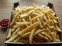 Caja gigante de papas fritas 1.8 k (8 a 10 personas) + salsa básica