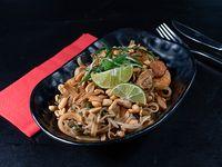 Pad thai con camarón y pollo
