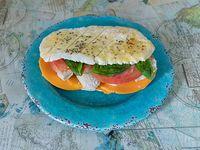 Sándwich de pollo, cheddar, albahaca y tomate