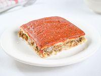 Pizza rellena con carne rectangular (porción)