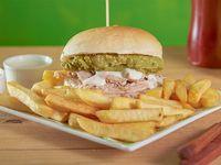 Sándwich de lomo con palta y mayo con papas fritas