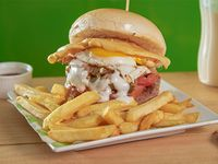 Sándwich de hamburguesa Del Bajón con papas fritas