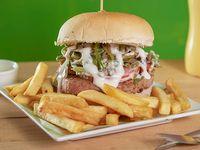 Sándwich de hamburguesa Chacarera con papas fritas
