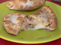Emapanada de panceta, cebolla y muzzarella