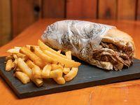 Sándwich de carne y muzzarella con papas fritas