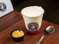 Yogurt con cereales y frutas o granola