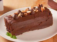 Brazo de reina con manjar y ramas de chocolate