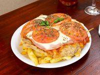 Milanesa napolitana de la casa con papas fritas y huevo frito (comen 3 o 4 personas)