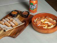 Huevos estrellados con jamón serrano o chistorra + churros + soda