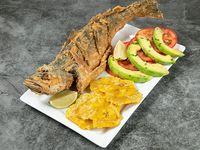 Corvina frita con ensalada y contorno