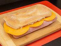 Promo - Tostado en pan figazza de jamón y cheddar + bebida levité 500 ml