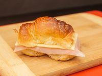 Medialunas rellenas con jamón y queso