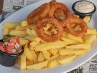 Aros de cebolla con papas fritas