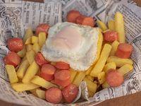 Salchipapas con huevo