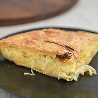Tarta de queso, cebolla y aceitunas