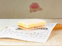 Sándwich triple de jamón crudo y queso