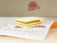 Sándwich triple primavera con jamón crudo