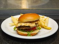 Hamburguesa casera ranchera con papas fritas