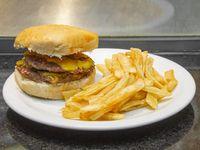 Hamburguesa casera doble americana con papas fritas
