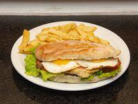 Sándwich bestia con papas fritas