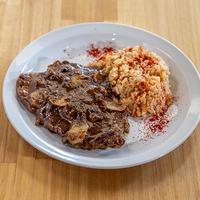 Lomo al champiñón con timbal de arroz salteado