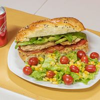 Combo - Sándwich de pollo con Palta + mini ensalada + bebida