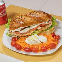Combo - Sándwich criollo de pollo + mini ensalada + bebida