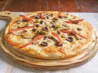 Pizza de aceitunas negras, champiñón y morrón
