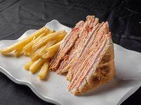 Combo - Sándwich Carlito cuádruple + papas fritas medianas + bebida
