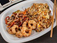 Wok de langostinos, arroz salteado y langostinos