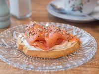Bruschetta nyc salmón y queso crema (2 unidades)