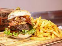 Ciudad burger con papas fritas