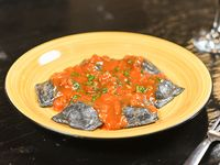 Raviolones de salmón, queso crema y ciboulette