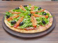 Pizza de rúcula con jamón crudo