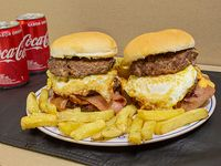 Promo - 2 hamburguesas triples + papas fritas + 2 bebidas Coca Cola 220 ml