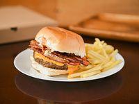 Hamburguesa con cheddar y bacon + papas fritas