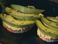 Tostada con Hummus y Aguacate