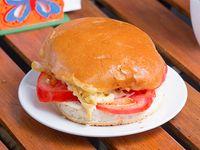 Sándwich de queso, tomate, aceituna y orégano