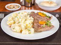 Carne mechada con agregado + ensalada surtida + pan