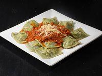 Raviolones de verdura en masa de espinaca con salsa