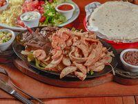 Fajita mixta de pollo, carne y camarones (6 unidades)