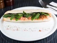 Sándwich baguette de salmón y queso crema