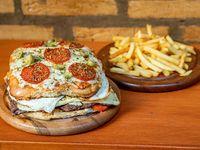 Hambur pizza para dos personas más papas fritas
