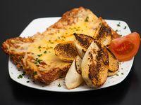 Lasagna de carne con pan de ajo y orégano