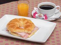 Desayuno - Croissant con jamón y queso + café o té 150 ml