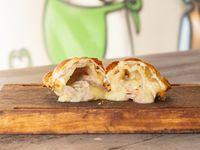 Empanada de panceta, cheddar y verdeo
