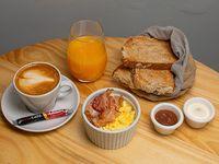 Desayuno o merienda Brunch - Huevos revueltos con panceta + tostadas + untables + yogur de la casa + bebida