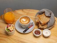 Desayuno o merienda saludable - Tostadas integrales + mermelada y queso crema + ensalada de frutas + bebida